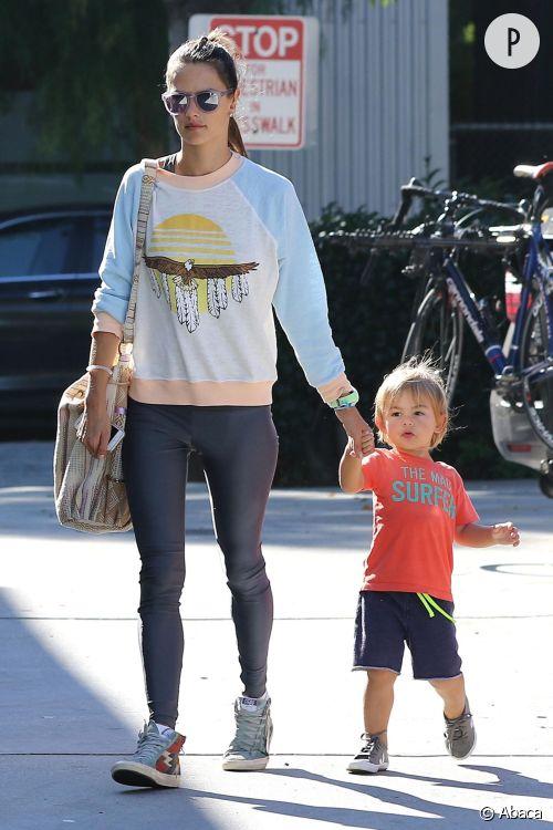 Alessandra Ambrosio, maman ultra stylée et casual dans les rues de LA avec sa petite famille.