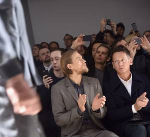 Charlie Hunnam en front row du défilé Calvin Klein Collection Automne-Hiver 2015/2016 à Milan.