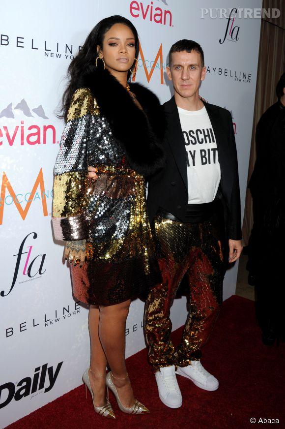 """Rihanna fait sensation lors du """"Fashion Los Angeles Awards"""" de The Daily Front Row aux côtés de Jeremy Scott."""