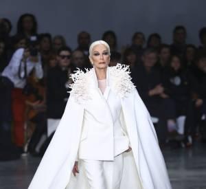Carmen Dell'Orefice sur le podium de Stéphane Rolland lors de son défilé Haute Couture Printemps-Été 2013, en janvier 2013.
