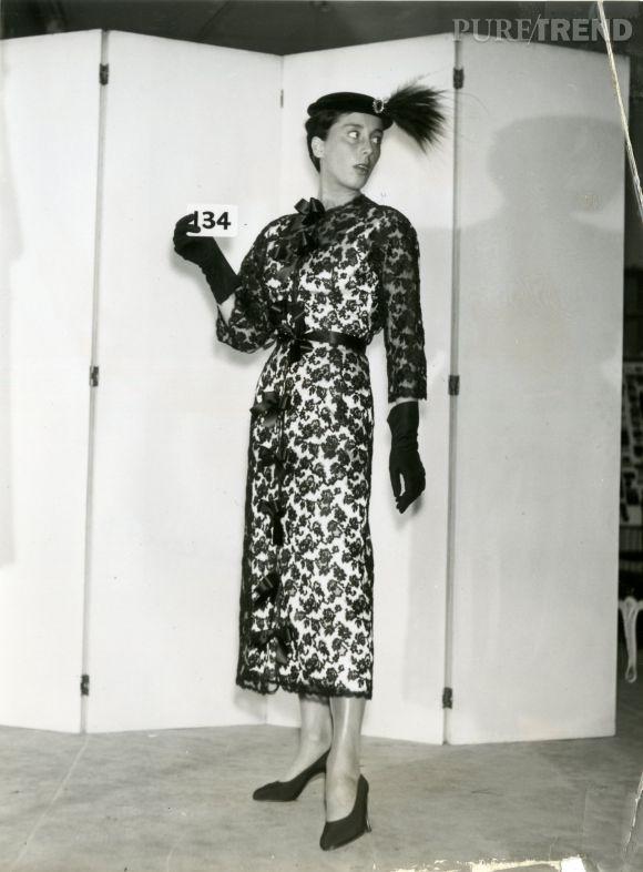 Cristóbal Balenciaga, manteau et robe de cocktail en dentelle Chantilly, 1953_Photo de dépôt de modèle © Photo et modèle conservés dans les Archives Balenciaga, Paris.