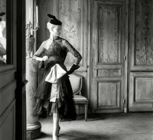 Cristóbal Balenciaga, robe et manteau de cocktail en dentelle noire, ceinture corselet rose, 1951 © Modèle conservé à la Cité de la dentelle et de la mode, Calais.