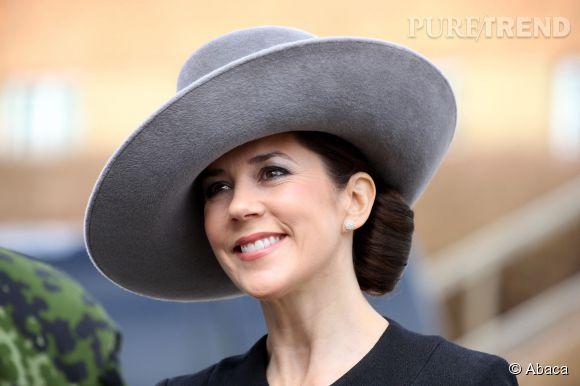 Mary du Danemark adopte un look des plus chic pour une cérémonie de commémoration militaire.