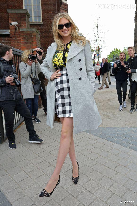 Kate Upton a fait sensation avec son trench et sa jupe à carreaux taille haute à Londres, dimanche 26 avril 2015.