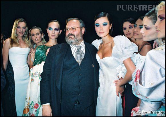Estelle Lefébure (2ème en partant de la gauche) avec le couturier Gianfranco Ferre lors d'un défilé Christian Dior en 1994.