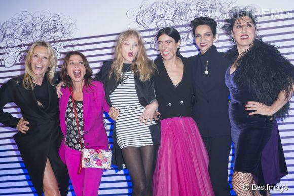 Estelle Lefébure avec Victoria Abril, Arielle Dombasle,  Blanca Li, Farida Khelfa et Rossy De Palma au vernissage de l'exposition Jean Paul Gaultier au Grand Palais en mars 2015.