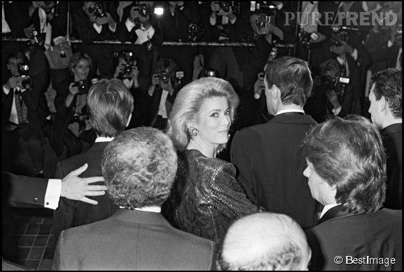 """Catherine Deneuveprésente le film """"Le lieu du crime"""" au Festival de Cannes de 1986."""