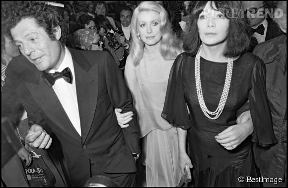 Catherine Deneuve entre Marcello Mastroianni et Juliette Gréco lors du Festival de Cannes de 1973.