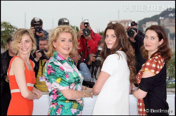 """Catherine Deneuve et Anne Consigny, Chiara Mastroianni et Emmanuelle Devos lors du photocall du film """"Un conte de Noël"""" au Festival de Cannes de 2008."""