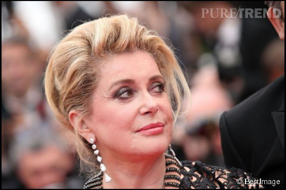 """Catherine Deneuve lors de la montée des marches du film """"Les biens aimés"""" lors du Festival de Cannes de 2011."""