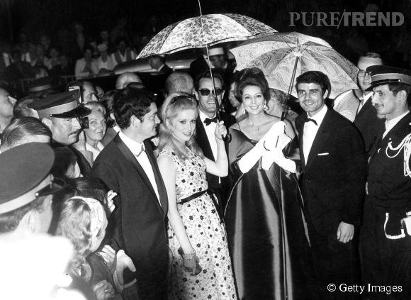 """Catherine Deneuve présente le film """"Les Parapluies de Cherbourg"""" de Jacques Demy au Festival de Cannes de 1964."""