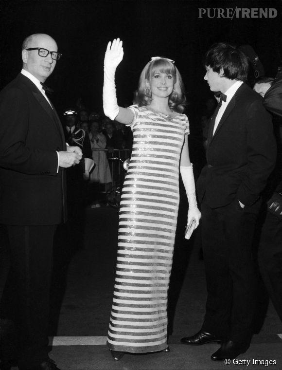 Catherine Deneuve en longue robe rayée au Festival de Cannes de 1966.