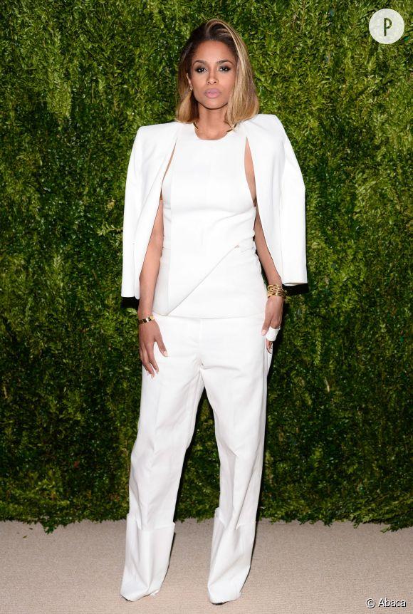 Ciara, nouvelle égérie Roberto Cavalli pour la campagne Automne-Hiver 2015/2016 est aussi une habituée des événements mode les plus selects comme les CFDA/Vogue Fashion Found Awards où elle fait mouche en total look blanc.