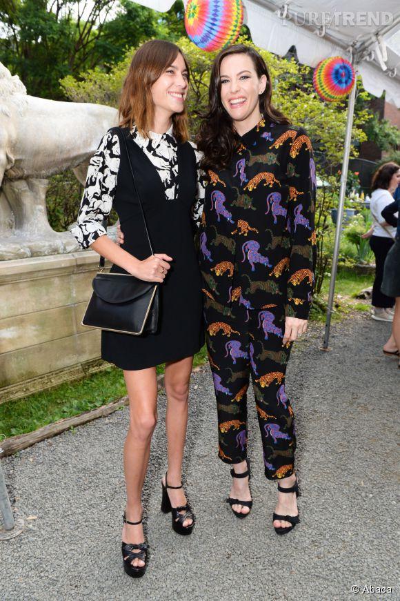 Alexa Chung et Liv Tyler, souriante en l'honneur de Stella McCartney.