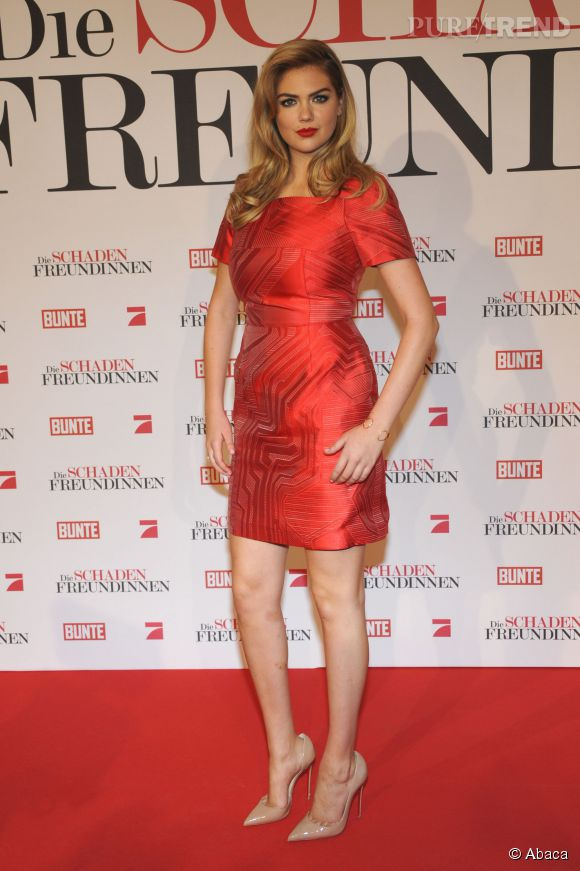 Côté beauty look, le mannequin cultive un style glamour et rétro. On est fans !