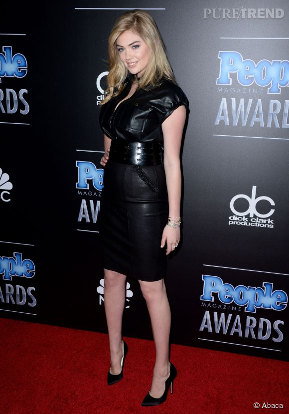 La jeune femme suit les tendances et adopte inévitablement la petite robe en cuir.