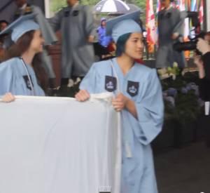 Vidéo de Emma Sulkowicz lors de sa remise de diplôme en mai dernier.