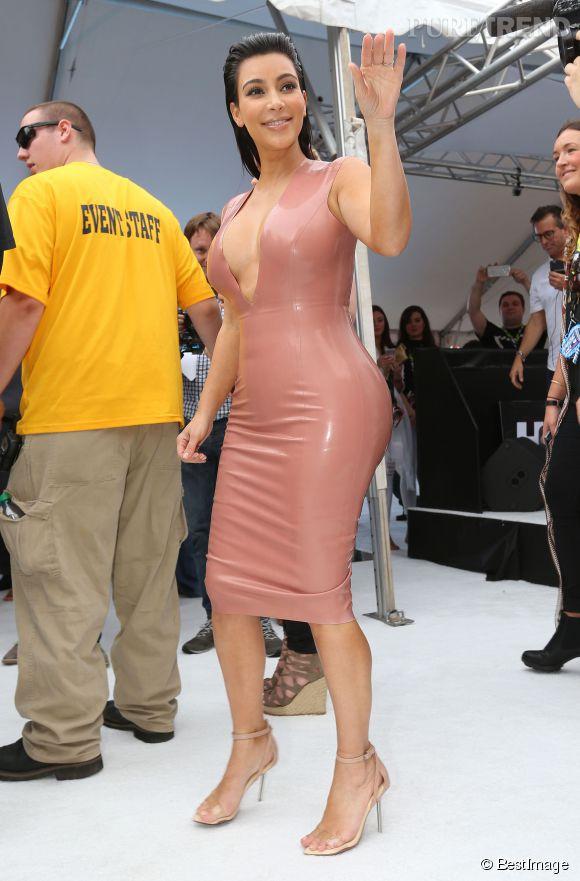 Kim Kardashian clashe le magazine US Weekly et ses fausses informations.