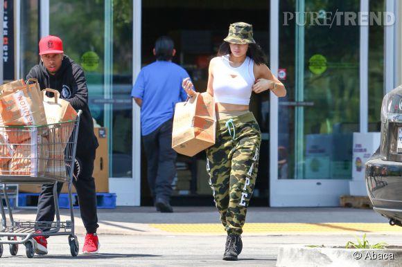 Kylie Jenner s'essaye au style militaire pour aller faire les courses avec son petit copain, Tyga.