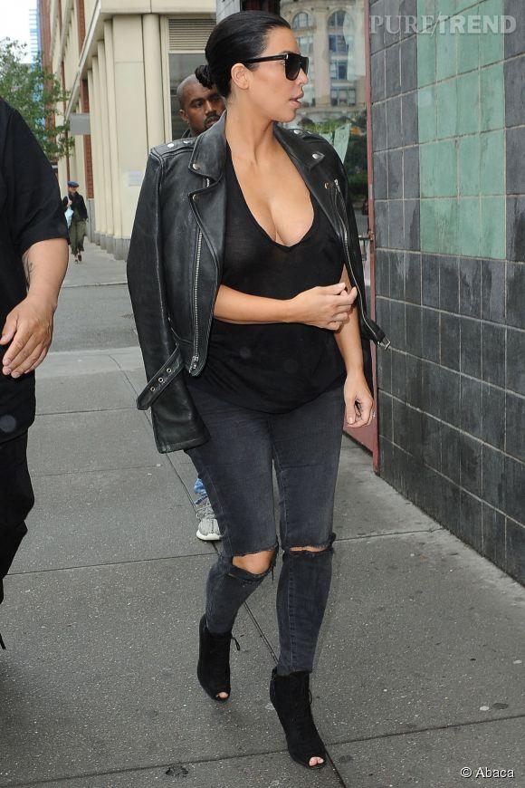 Kim Kardashian et son décolleté plongeant à New York le 1er juin 2015.