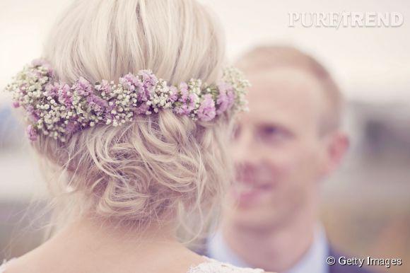 On préfère une couronne de fleurs fraîches à des fleurs synthétiques.