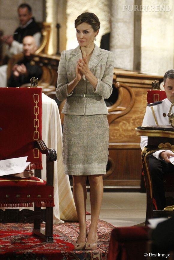 Letizia Ortiz, reine concentrée en tailleur gris-vert à Leyre.
