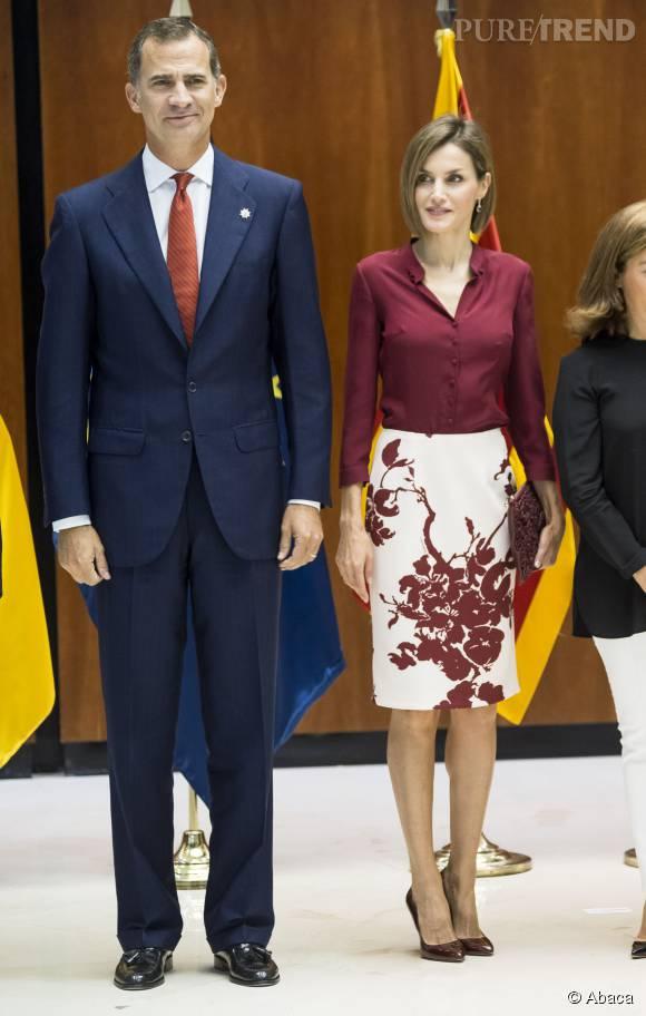 Letizia a décidé d'accorder ses accessoires à sa chemise et à sa jupe : le résultat final est un peu barbant.