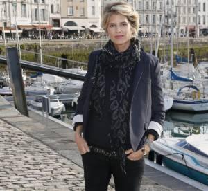 Alice Taglioni : casual chic en bleu marine et sneakers pop, un look à shopper !