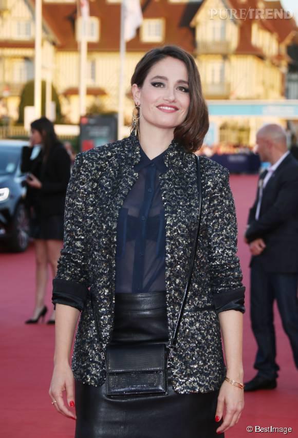 L'actrice avait choisi une veste en brocart pour une touche rock.