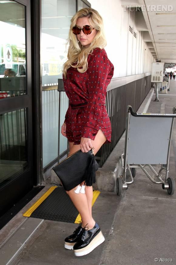 Kesha sexy dans sa micro tenue et ses chaussures Stella McCartney.
