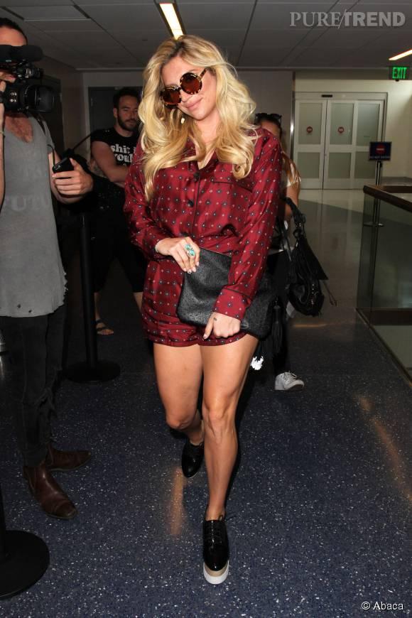 Kesha arrive à Los Angeles dans une toute petite combishort.