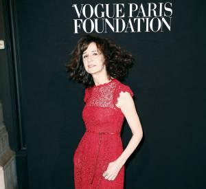 Valérie Lemercier ose le rouge et la dentelle pour un gala de charité placé sous le signe de la mode et organisé par le magazine Vogue, en juillet 2015.