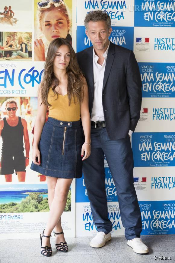 """Vincent Cassel et Lola Le Lann lors d'un photocall pour le film """"Un moment d'Egarement'."""