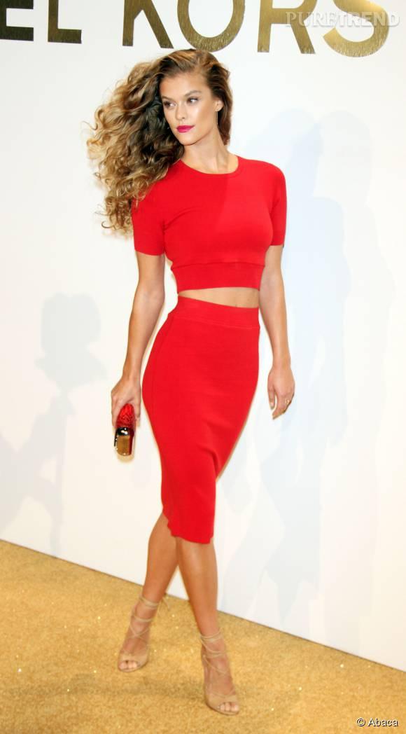 Nina Agdal en total look Michael Kors Collection lors de la soirée de lancement du nouveau parfum Gold de Michael Kors à New York le 13 septembre 2015.