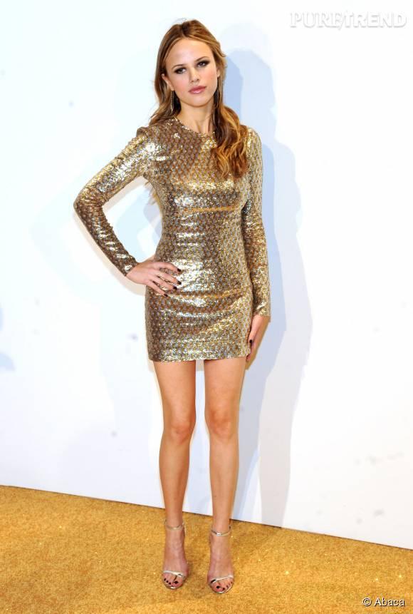 Halston Sage dans une robe Michael Kors Collection Resort 2016 lors de la soirée de lancement du nouveau parfum Gold de Michael Kors à New York le 13 septembre 2015.