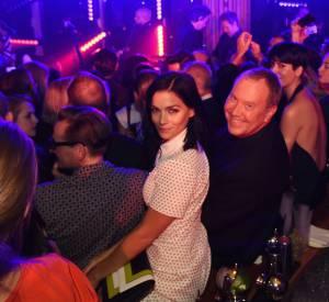 Leigh Lezark en total look Michael Kors Collection Resort 2016 aux côtés de Michael Korslors de la soirée de lancement du nouveau parfum Gold de Michael Kors à New York le 13 septembre 2015.