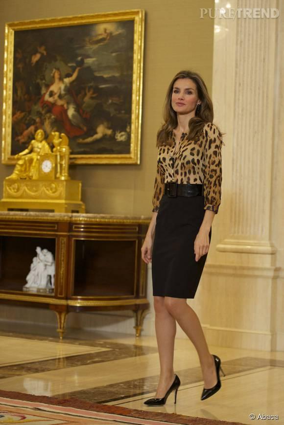 Letiza d'Espagne ose le léopard, ultra sexy avec une jupe crayon et des talons aiguilles.
