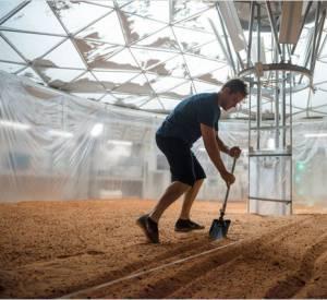 """""""Seul sur Mars"""", il faut bien survivre. Il faut, comme le dit le personnage, """"faire de la science"""" et faire pousser des choses sur un sol aride."""