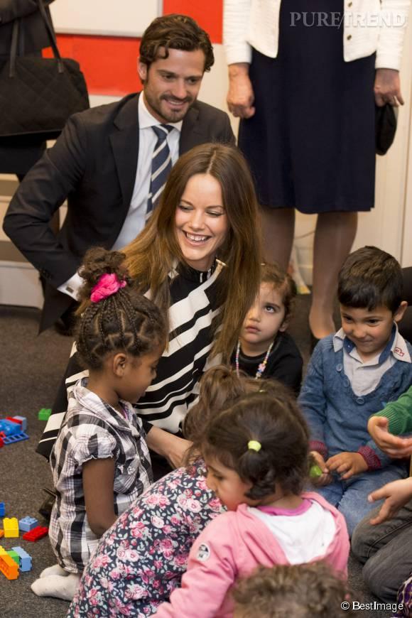 Sofia de Suède était heureuse de rencontrer des enfants. Carl Philip l'a observé et bienveillance... Et peut-être des idées de bébé en tête !