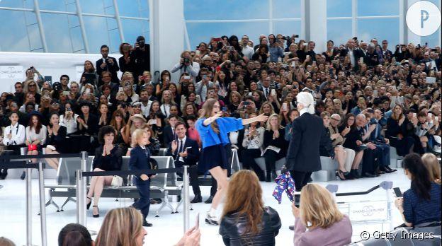 Cara Delevingne et Karl Lagerfeld lors du défilé Chanel Printemps-Été 2016.