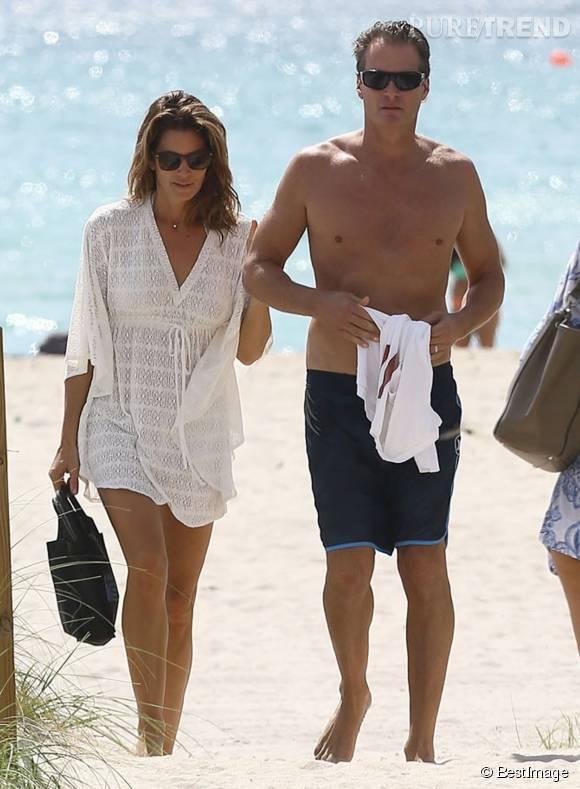 Cindy Crawford et son mari, lui aussi mannequin, à la plage à Miami.