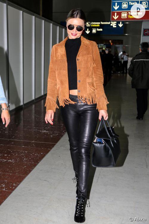 Miranda Kerr nous inspire dans un total look noir et veste à franges.