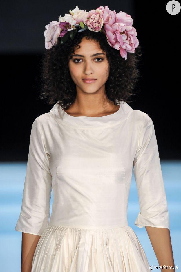 D'énormes fleurs ornent les cheveux des mannequins sur le défilé Agnès b.