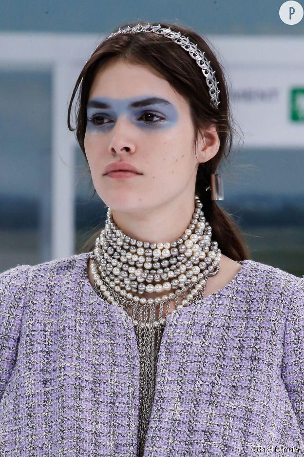 Chanel a mis à l'honneur des headbands futuristes.