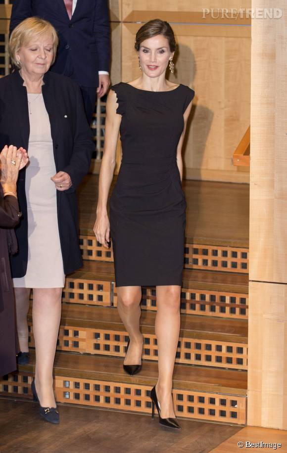 Letizia d'Espagne a fait sensation à Dusseldorf dans une jolie petite robe noire, vendredi 9 octobre 2015.