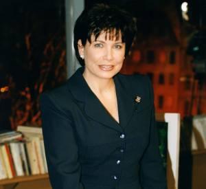 Anne Sinclair aussi ses moments de grâce, comme ici dans cet élégant tailleur noir, qui lui va comme un gant.