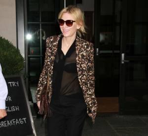 Cate Blanchett tient le look de la semaine, avec son chemisier transparent et sa petite veste fleurie.