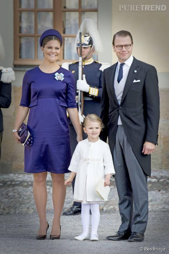 Victoria de suède, enceinte de son second enfant, aux côtés de son mari le prince Daniel de Suède, et leur fille la princesse Estelle de Suède.