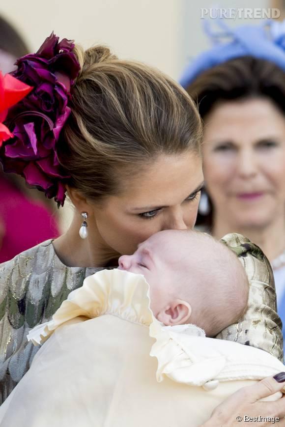 Madeleine de Suède, aux petits soins pour son jeune Nicolas.