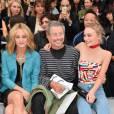 Lily-Rose Depp et sa mère Vanessa Paradis aux côtés de Jean-Paul Goude au défilé Chanel Printemps-Été 2016 à Paris le 6 septembre 2015.